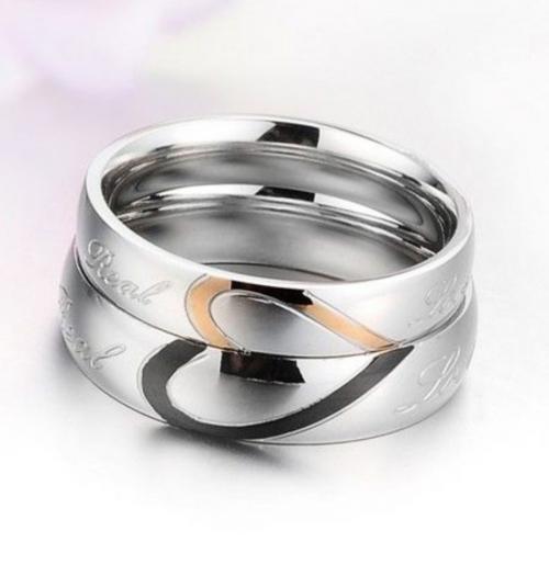 Jeulia Heart Titanium Steel Couple Rings on Display
