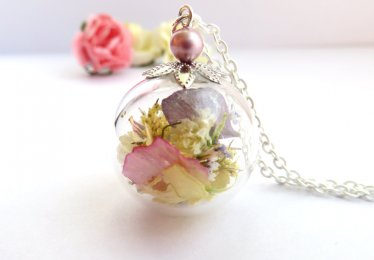 A Collection of Flower Necklaces Perfect for Spring Season